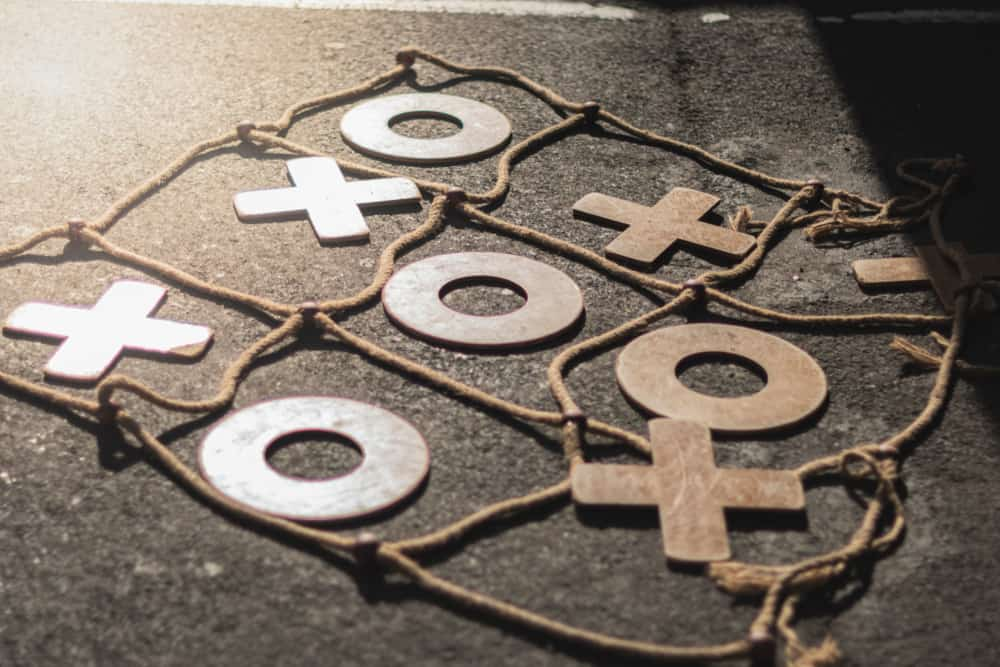 Game of tic tac toe, large, made of wood and ropes twister
